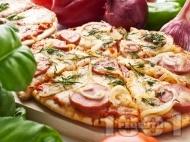 Венецианска пица с кренвирши, кашкавал и домати